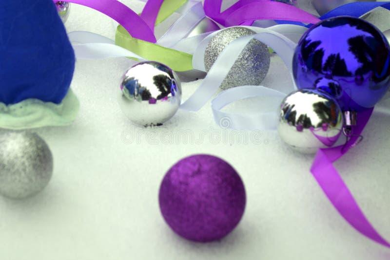 蓝色和银色圣诞节球和装饰品在黑暗的背景 免版税库存照片