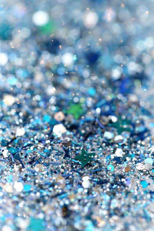 蓝色和银色结冰的雪冬天闪耀的星闪烁背景 假日,圣诞节,新年摘要纹理 免版税库存图片