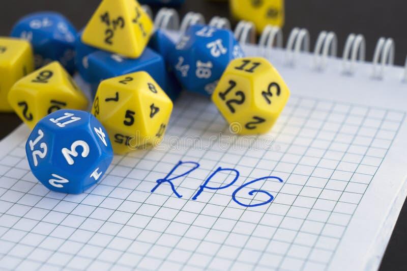 蓝色和黄色为rpg、dnd或者桌面比赛切成小方块 有词的RPG一个笔记本 图库摄影