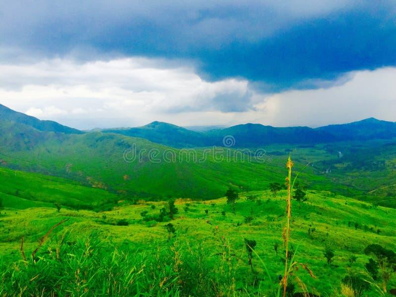 Download 蓝色和绿色山 库存图片. 图片 包括有 绿色, 多云, 天空, 蓝色 - 59105673