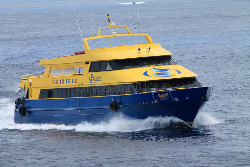 蓝色和黄色轮渡 免版税库存图片