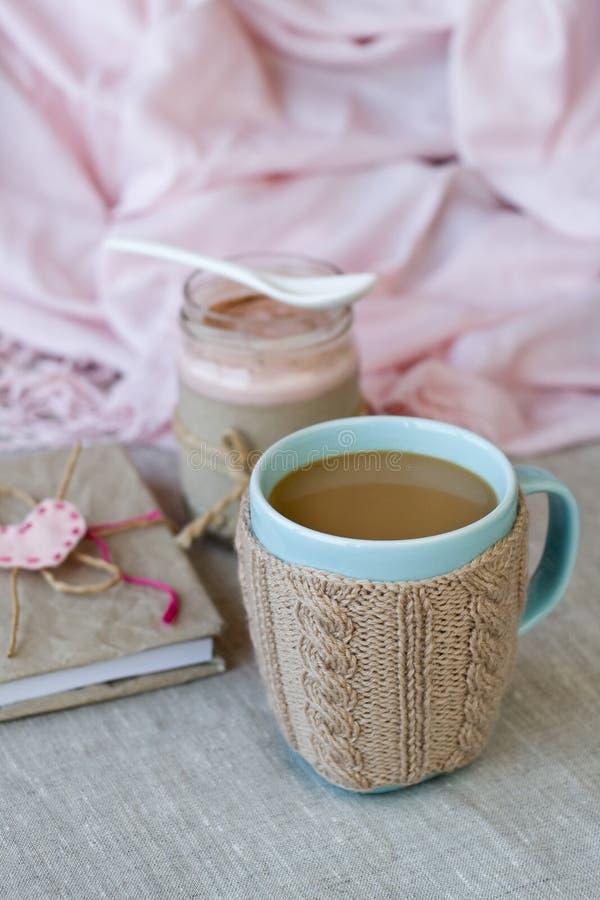 蓝色咖啡在被编织的毛线衣,自创莓果酸奶的 免版税库存照片