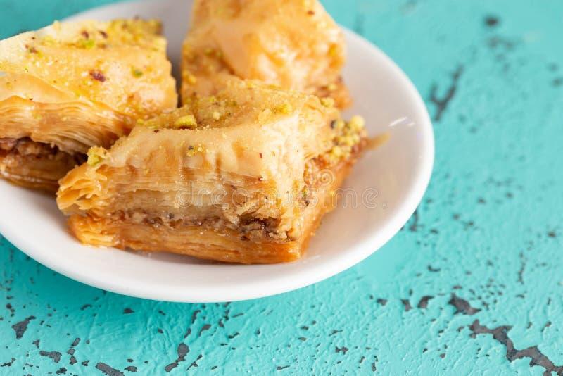蓝色困厄的表面上的经典果仁蜜酥饼 免版税库存图片