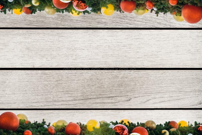 蓝色圣诞节框架魔术 圣诞节颜色光球,杉木锥体,在木白色背景的冷杉分支 平的位置,顶视图,拷贝空间 图库摄影