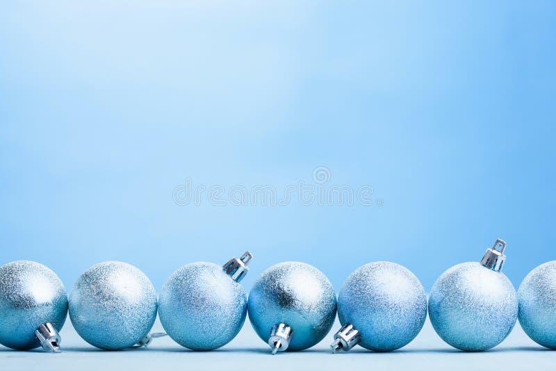 蓝色圣诞节球装饰背景 库存图片