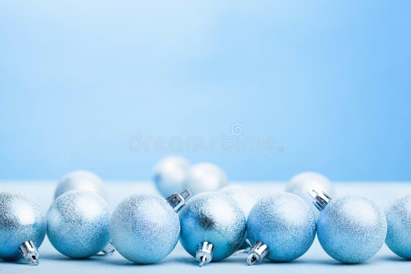 蓝色圣诞节球装饰背景 免版税图库摄影