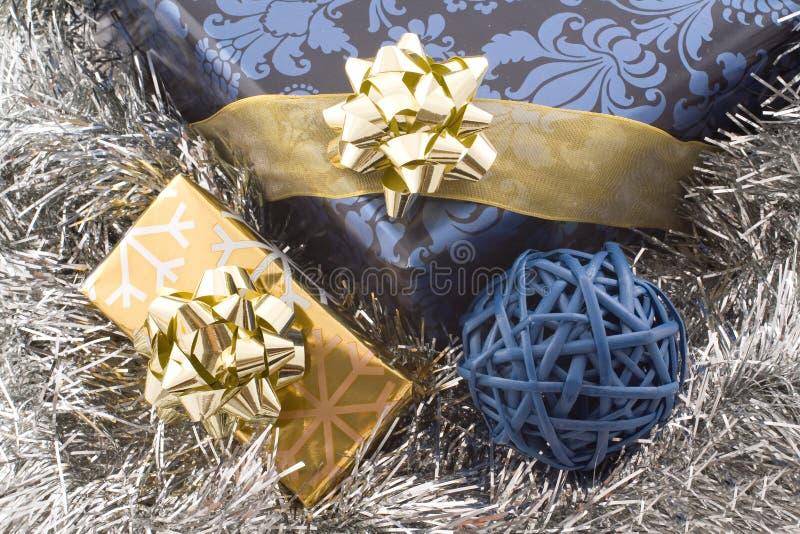 蓝色圣诞节礼品金子 免版税库存照片