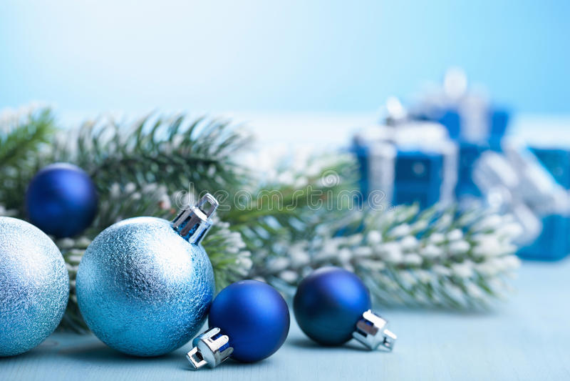 蓝色圣诞节礼物和装饰 免版税库存图片