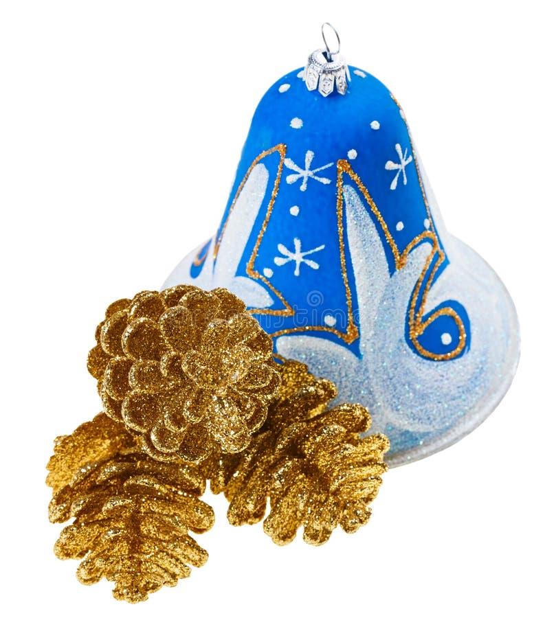 蓝色圣诞节装饰响铃和fircones 库存图片