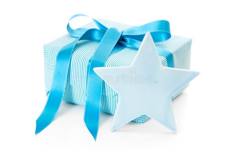蓝色在与星的纸包裹的被隔绝的圣诞节礼物 免版税库存照片