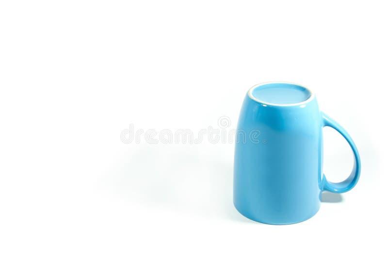 蓝色在白色背景的杯子颠倒的孤立 免版税库存照片