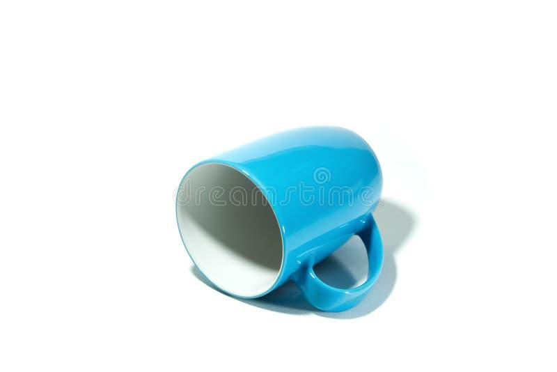 蓝色在白色背景的杯子颠倒的孤立 库存图片