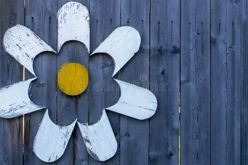 蓝色在西伯利亚雕刻了老篱芭的门面的木元素 图库摄影