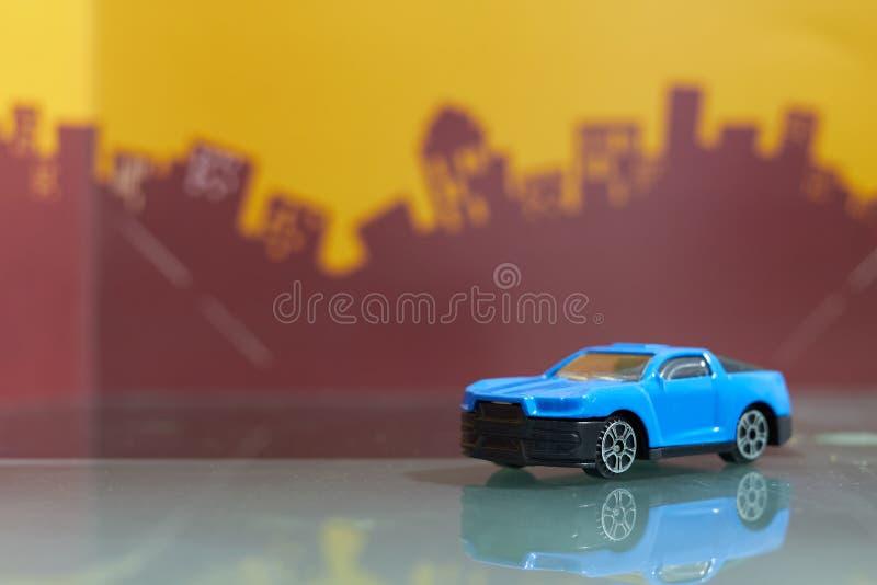 蓝色在迷离城市背景的肌肉汽车玩具选择聚焦 库存照片