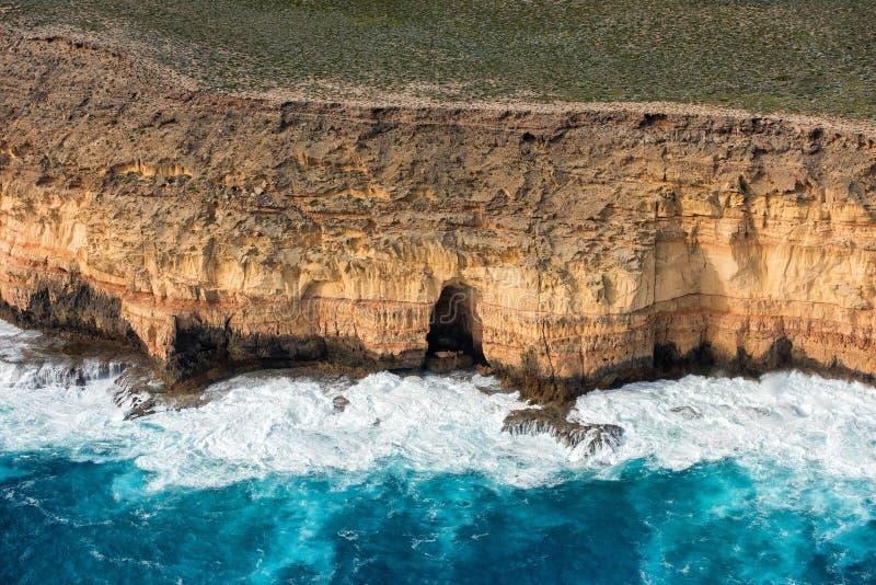 蓝色在鲨鱼海湾澳大利亚的海洋鸟瞰图 免版税库存照片