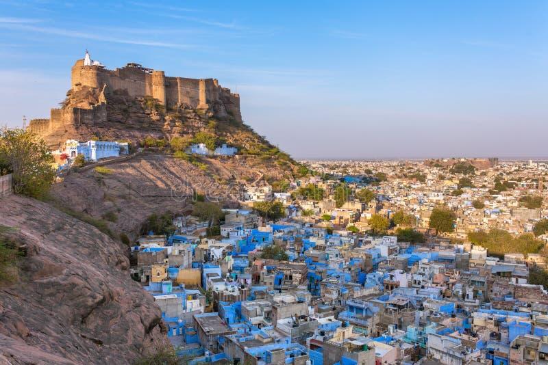 蓝色城市和Mehrangarh堡垒在小山在乔德普尔城 库存照片
