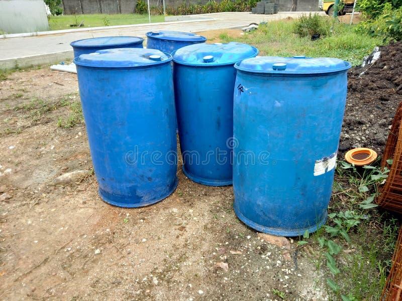 蓝色塑料存储磁鼓液体的容器 免版税库存照片
