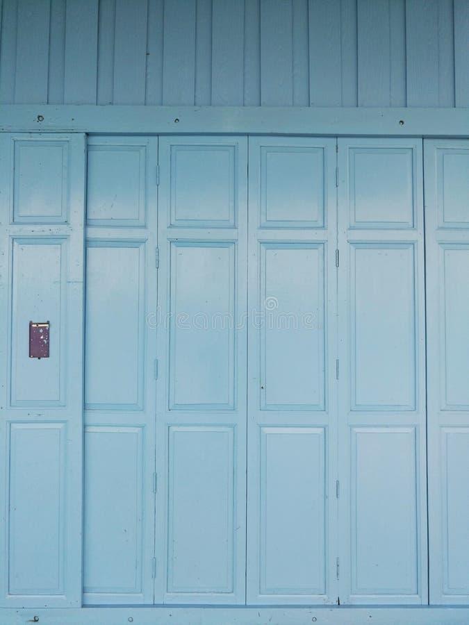 蓝色墙壁和一个蓝色门 免版税图库摄影