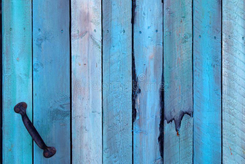 蓝色墙壁由与把柄的木头制成 免版税图库摄影