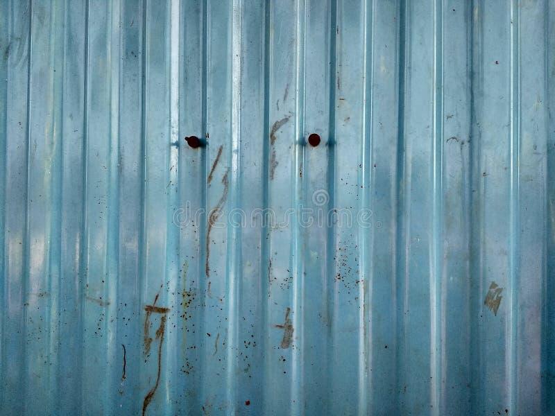 蓝色墙壁箱子 免版税库存照片