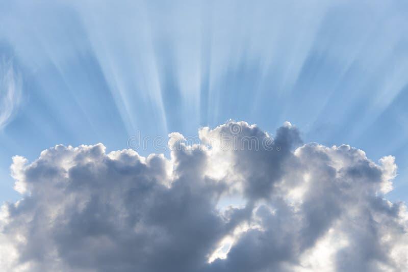 蓝色多云天空,太阳光芒打破云彩,与太阳火光,文本的地方的背景 库存照片