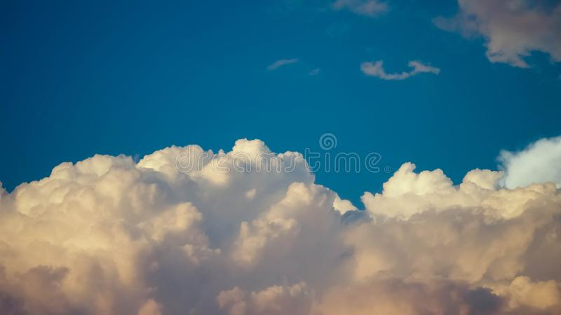 蓝色多云天空 库存图片