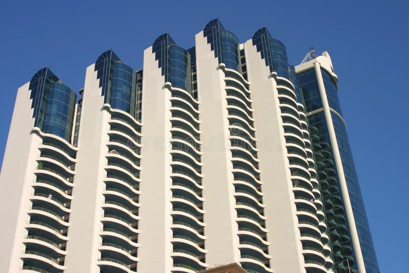 蓝色大厦查出的现代天空 免版税库存照片