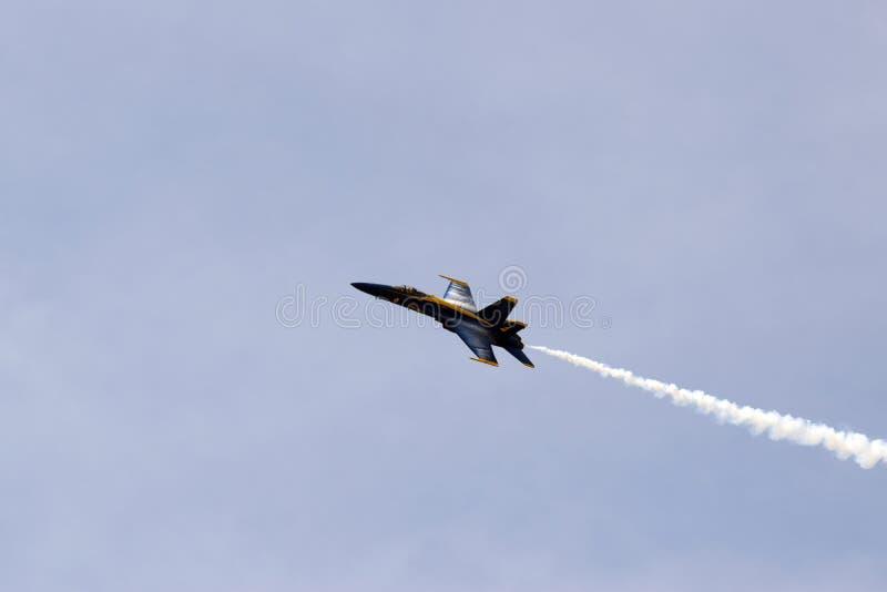 蓝色天使战斗机在一好日子 免版税库存图片