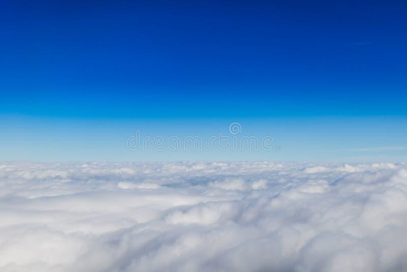 蓝色天际和白色云彩 免版税库存图片