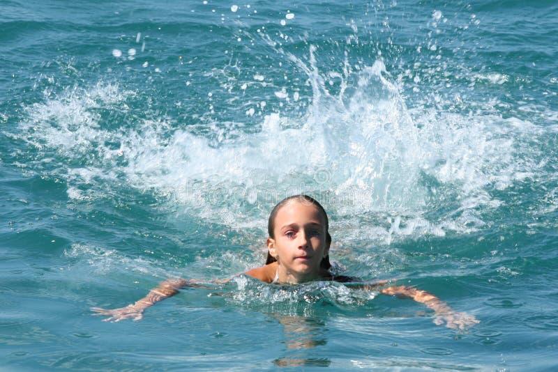 蓝色女孩海运游泳 免版税库存图片