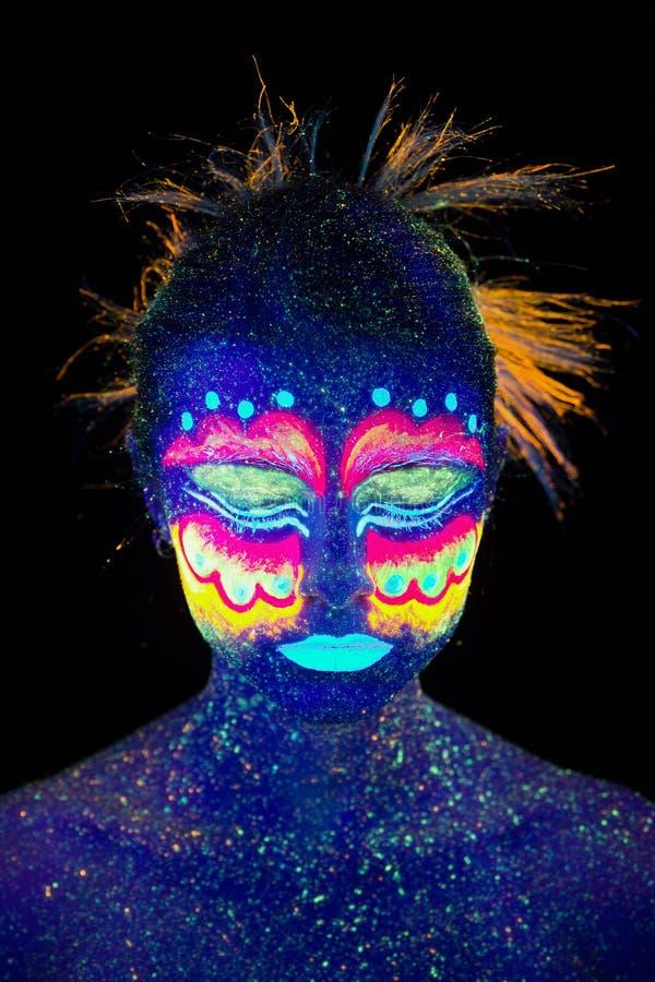 蓝色妇女画象,外籍人睡觉,紫外构成 美丽在黑暗的背景 库存照片