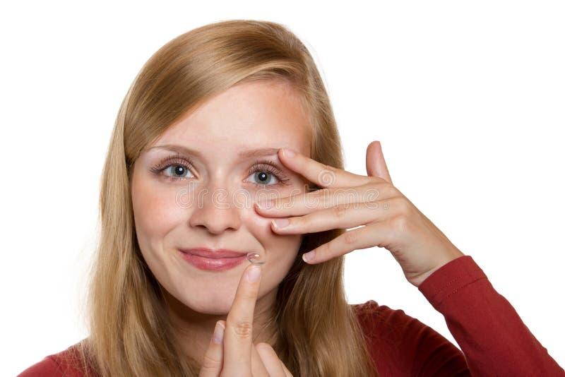 蓝色妇女眼睛特写镜头与隐形眼镜申请的 库存图片