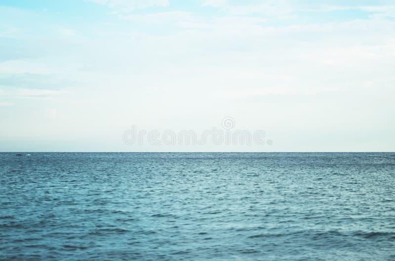 蓝色安静的海洋海岸风景波浪  背景海scape和沙子海滩海岸线 全景天际透视图自然 库存照片