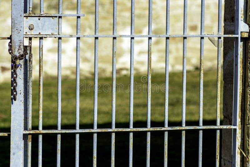 蓝色对户外的被绘的监狱酒吧 免版税库存照片