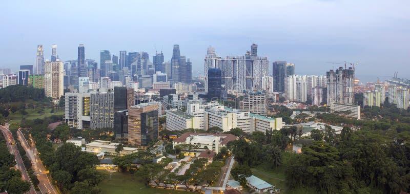 在黄昏的新加坡财政区地平线 库存照片