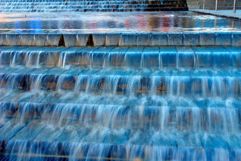 蓝色小瀑布喷泉 库存照片