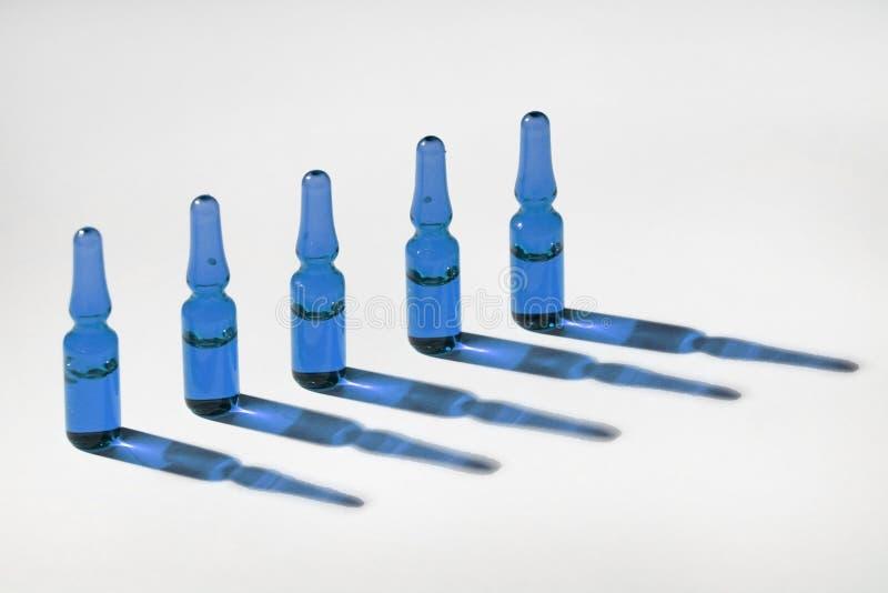 蓝色小玻璃瓶 库存图片