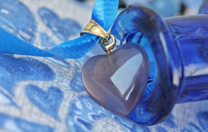 蓝色小的事-蓝色心脏-宏观细节 库存照片