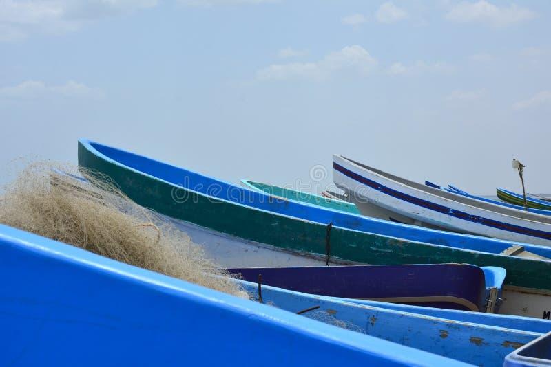 蓝色小船和渔网 库存图片