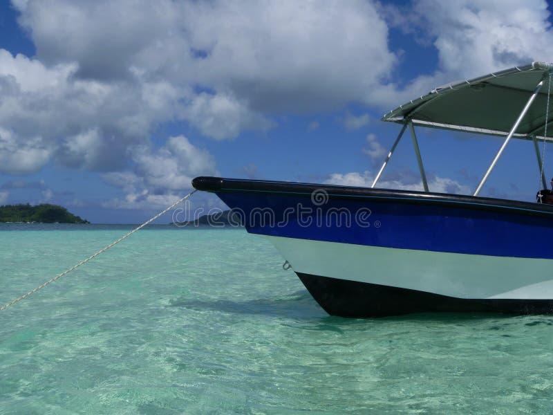 蓝色小船在博拉博拉岛 图库摄影