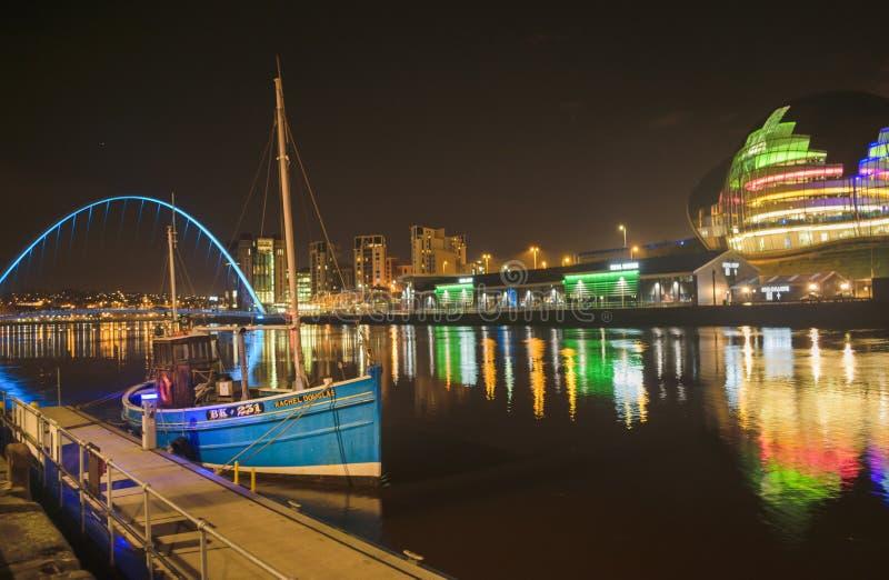 蓝色小船在泰恩河畔纽卡斯尔 免版税库存照片