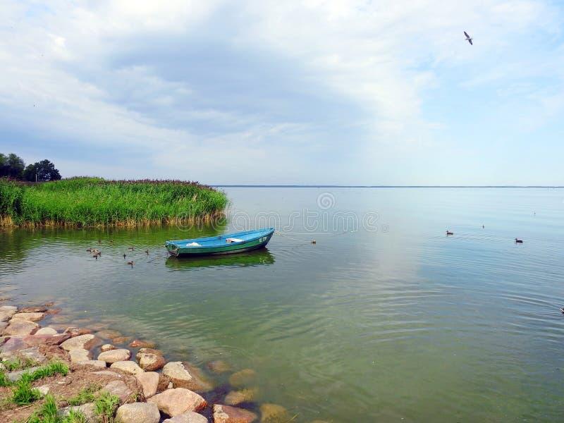 蓝色小船在湖,立陶宛 免版税库存图片