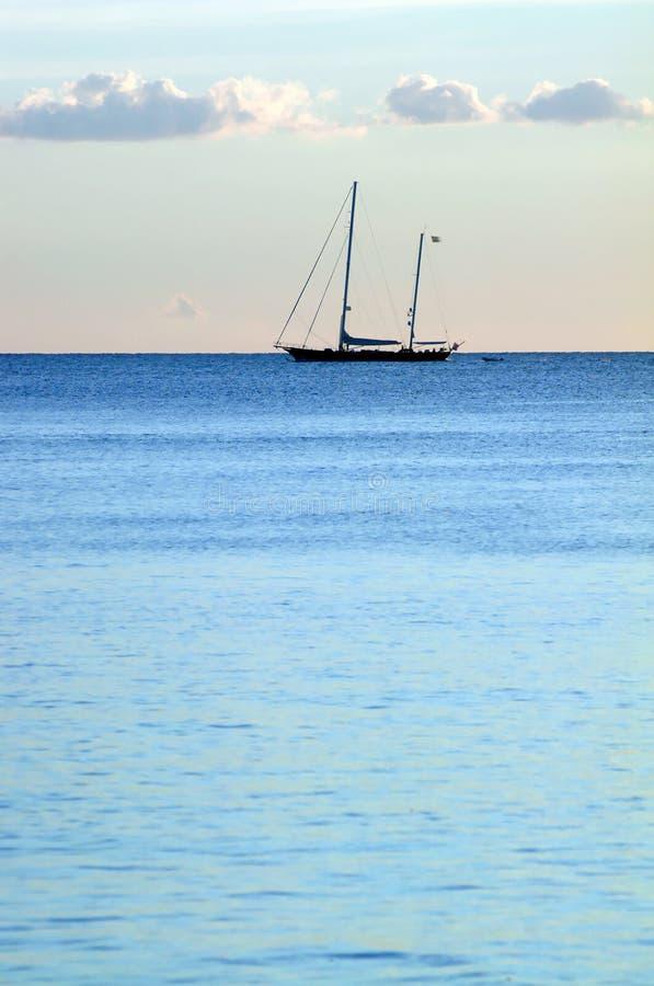 蓝色小船海洋 免版税库存图片