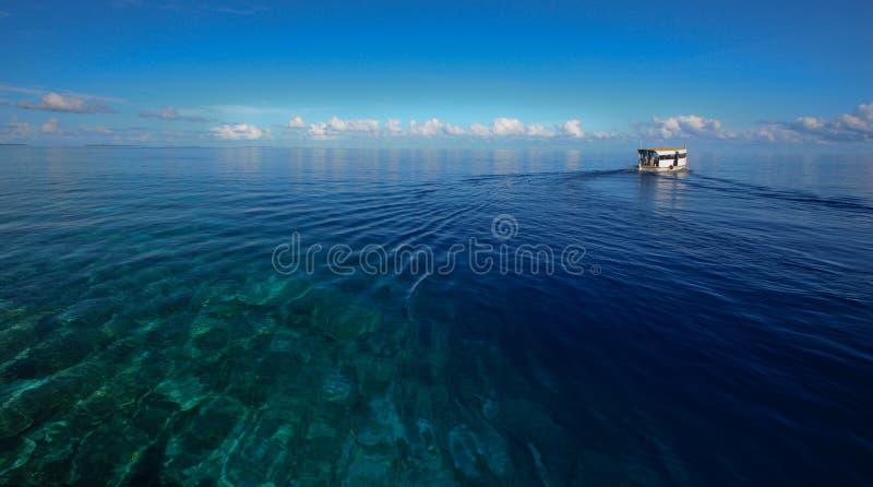 蓝色小船深海 库存图片