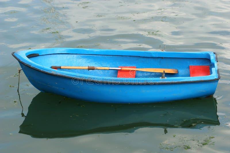 蓝色小船空的划船 库存图片