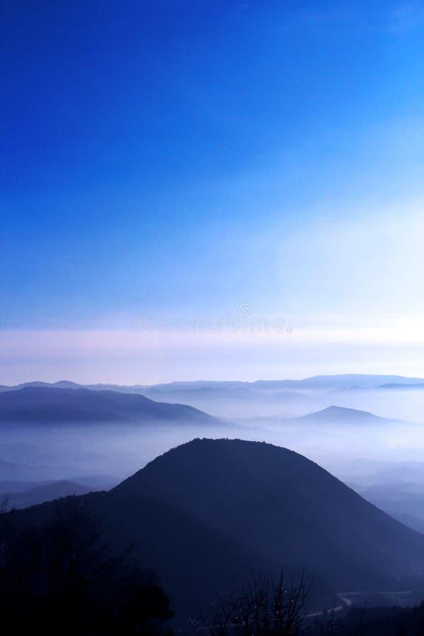 蓝色山天空 库存图片