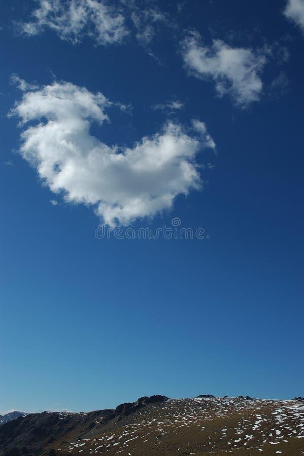 蓝色山岩石天空寒带草原视图 免版税库存照片