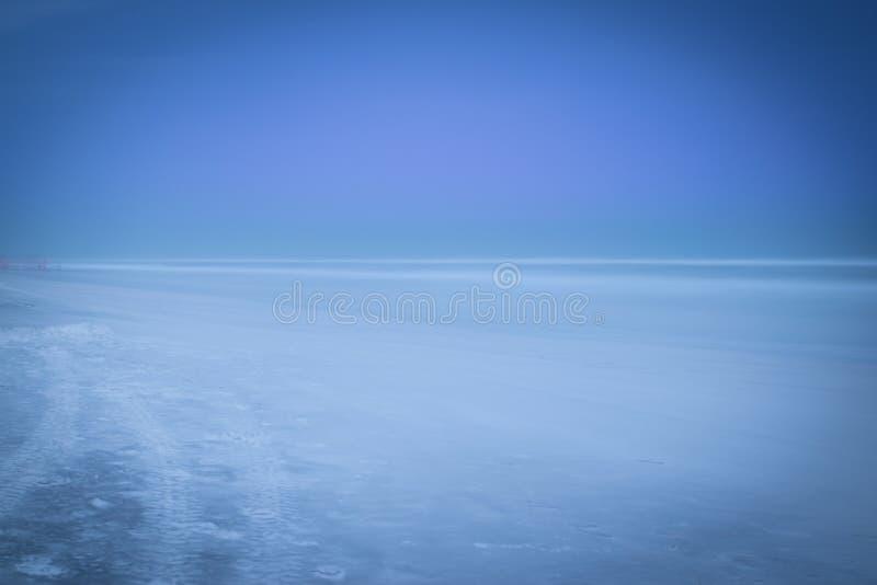 蓝色山海滩moonscape 库存图片