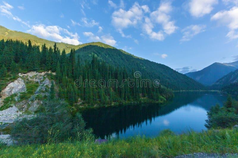 蓝色山湖在哈萨克斯坦 库存图片