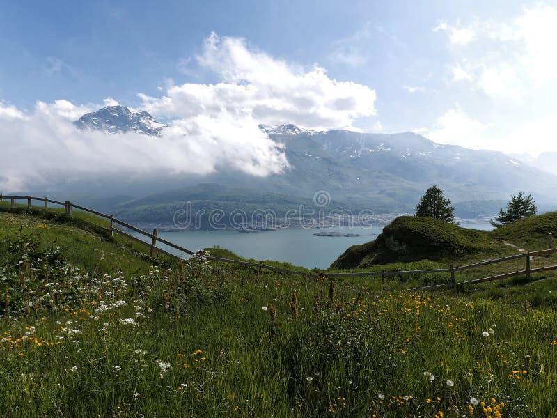 蓝色山湖,法国alpes 免版税图库摄影